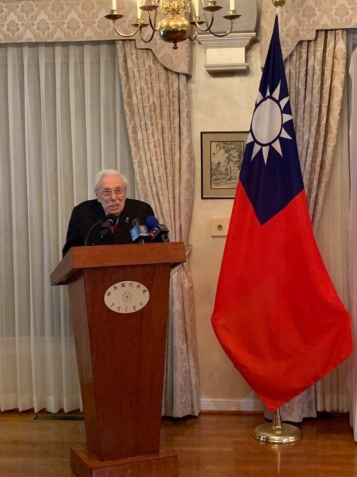 駐美代表處今天在華府雙橡園舉行「台灣關係法」(TRA)立法40週年啟動發表會,邀請到高齡100歲、曾見證「台灣關係法」立法的前國會議員伍爾夫(Lester Wolff)出席,共同見證台美關係40年歷史時刻。(駐美代表處提供)