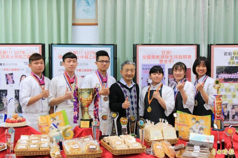 君毅中學學生考取難度極高的餐飲科乙級證照,校長林慶旺(中)深感榮耀。(記者鄭名翔攝)