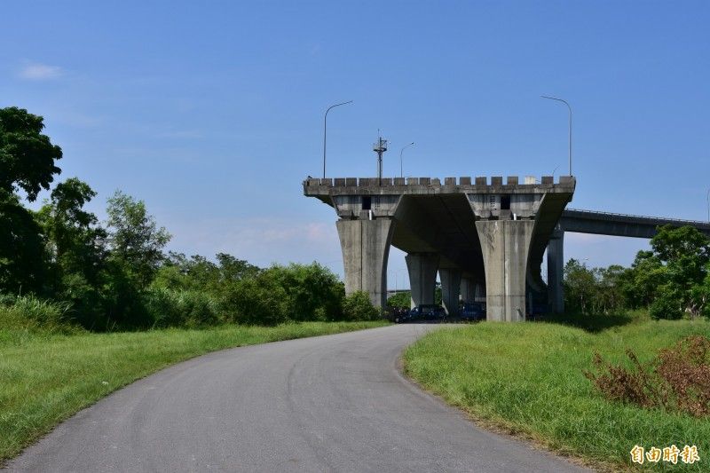 國道五號蘇澳端尾段的斷橋處,交通部計畫新設匣道銜接台九線,但原方案途經地質敏感區方想恐要大轉彎。(記者張議晨攝)