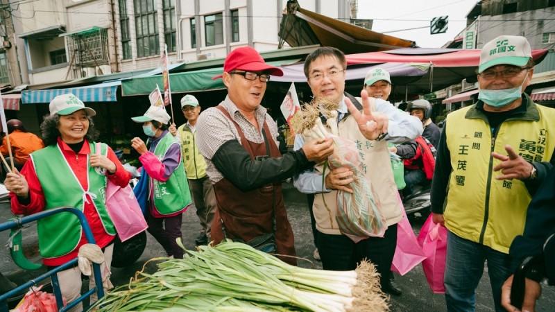 台南市長黃偉哲今日早上到新化市場幫立委補選候選人郭國文掃街拜票。(記者洪瑞琴翻攝)