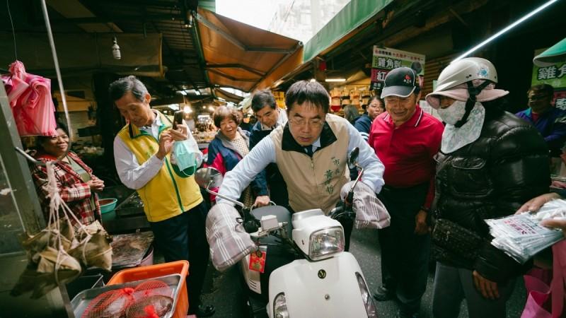 有位民眾騎電動車突然發不動,台南市長黃偉哲熱心協助。(記者洪瑞琴翻攝)