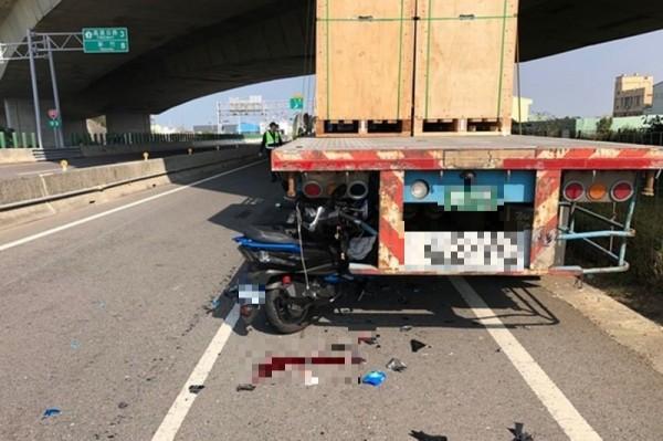 潘姓駕駛因將拖板車違停於慢車道上,導致機車撞上車尾,騎士傷重不治。(記者鄭名翔翻攝)
