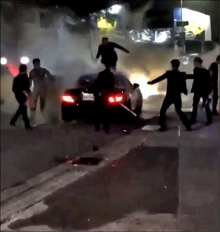 台中、高雄近來密集發生街頭鬥毆等治安事件,政院長蘇貞昌昨下達嚴厲指示,各特種店門口如果發生鬥毆,就換掉地方警察局長。(資料照)