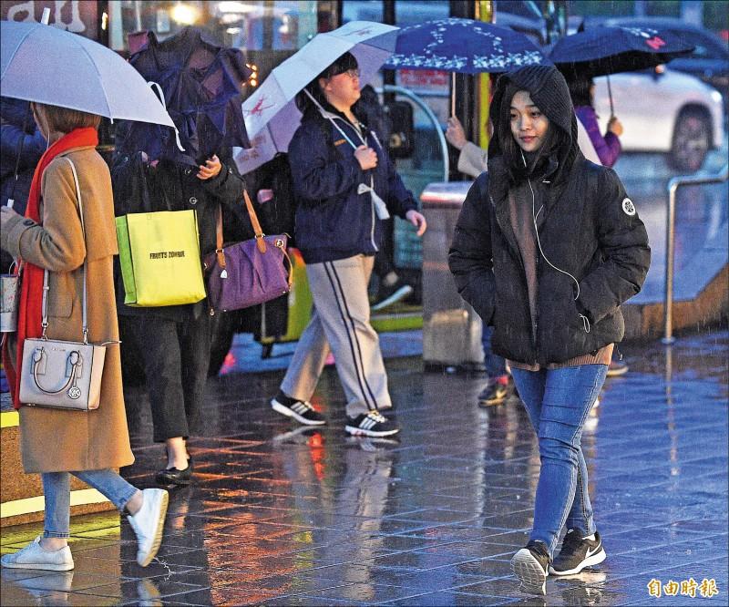 強烈冷氣團南下,加上華南雲雨區接近,北台灣昨天傍晚開始降雨,低溫下探11到13度。(記者陳志曲攝)