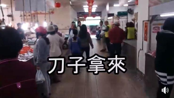 賴清德、郭國文拜票,遭受抗議民眾大喊「刀子拿來」。(圖擷取自影片)