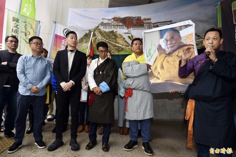 「310西藏抗暴日60週年浩劫一甲子 西 藏要自由」遊行行前記者會,西藏台灣人權連線理事長札西慈仁(中)、在台西藏人福利協會會長丹增南達(右)、西藏青年會台灣分會主席羅桑才旺(右二)、民進黨秘書長羅文嘉(左二)、時代力量立委林昶佐(左三)、民進黨立委鄭運鵬(左)等出席,共同呼籲莫忘西藏苦難、看見圖博浩劫,一起站出來相挺。(記者簡榮豐攝)