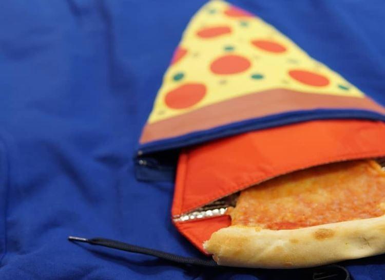 衣服正中央有個可以保溫、防油膩的放置披薩口袋。(圖擷自IG)