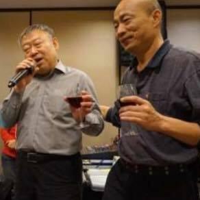 韓國瑜擔任北農總經理時應酬敬酒的照片。(圖擷自王浩宇臉書)