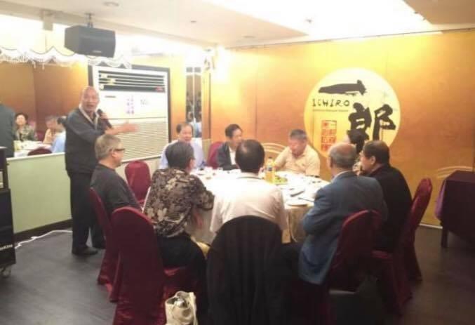 王浩宇今天於臉書貼出韓國瑜在餐廳喝酒的照片。(圖擷自王浩宇臉書)