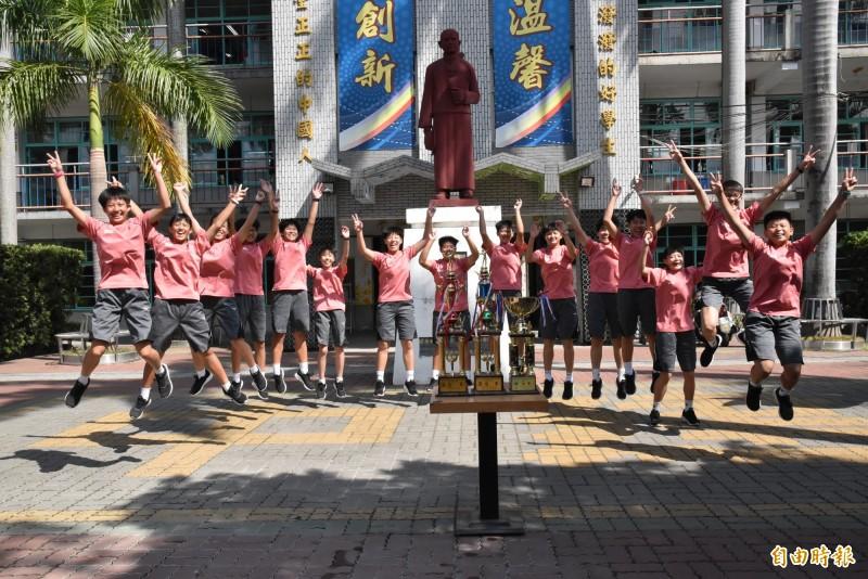 雲林建國國中女排去年第二次拿下全國華宗盃冠軍時選手們開心歡呼。(記者黃淑莉攝)