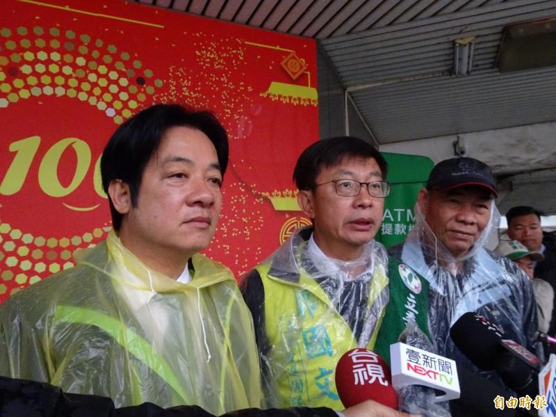 前行政院長賴清德(左)陪同拜票遇到突發狀況,立委候選人郭國文(中)說明當時過程。(記者吳俊鋒攝)