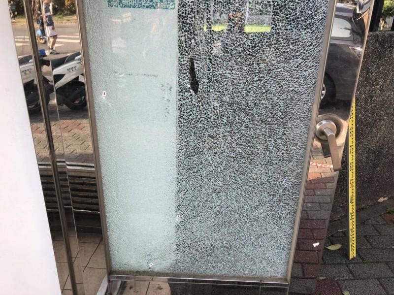 ATM提款機被射擊後,玻璃呈蜘蛛網狀碎裂。(記者王秀亭翻攝)
