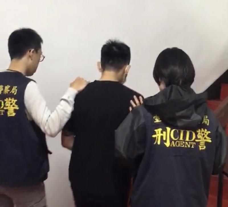 台東警方將涉嫌的梁姓男子(中)移送法辦。(記者王秀亭翻攝)