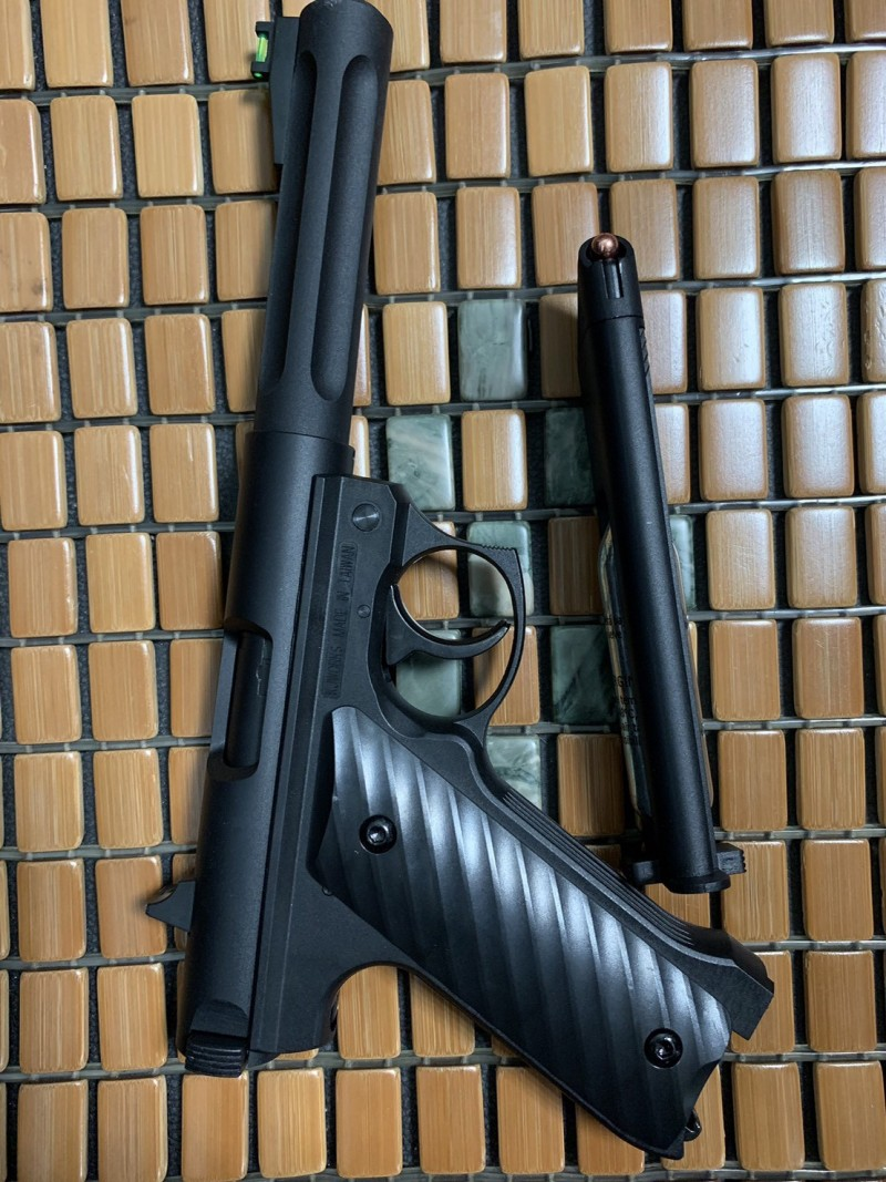 梁姓男子犯案使用的空氣槍。(記者王秀亭翻攝)