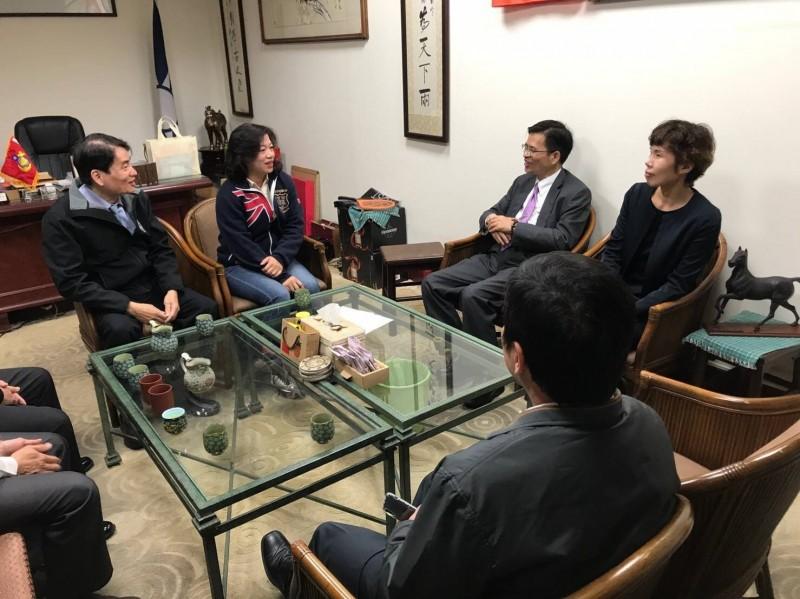 台南檢調警首長造訪立委候選人謝龍介競選總部。(記者王俊忠翻攝)