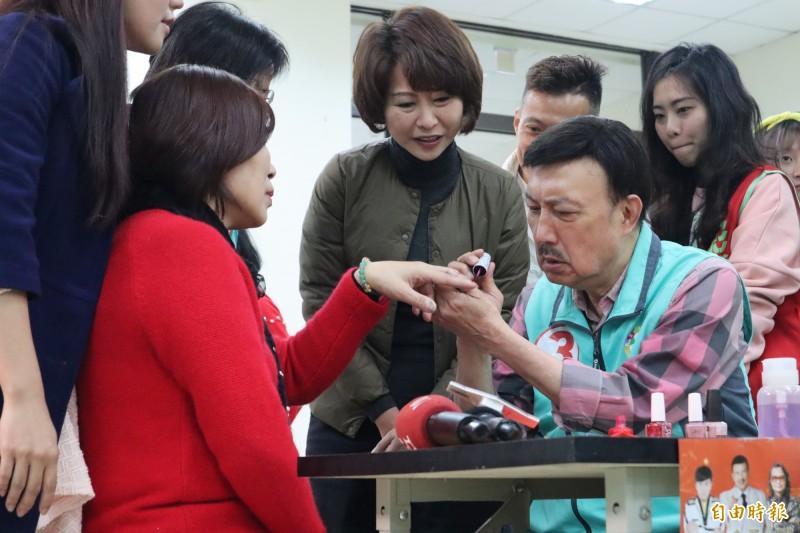 余天今早到三重開元活動中心替現場民眾提供美甲、剪髮和按摩服務。(記者周湘芸攝)
