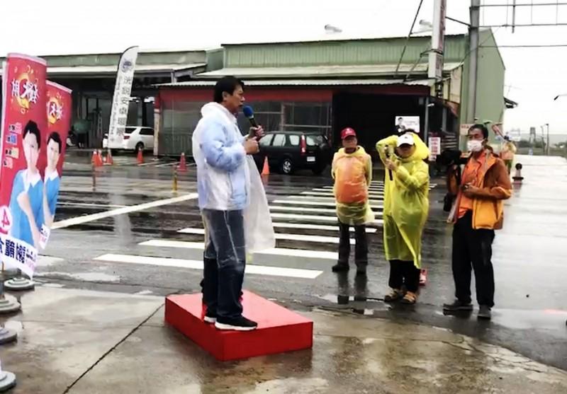 國民黨立委候選人謝龍介在善化牛墟路口開講。(記者吳俊鋒翻攝)