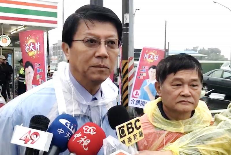 國民黨立委候選人謝龍介(左)說明週日造勢活動的流程。(記者吳俊鋒翻攝)