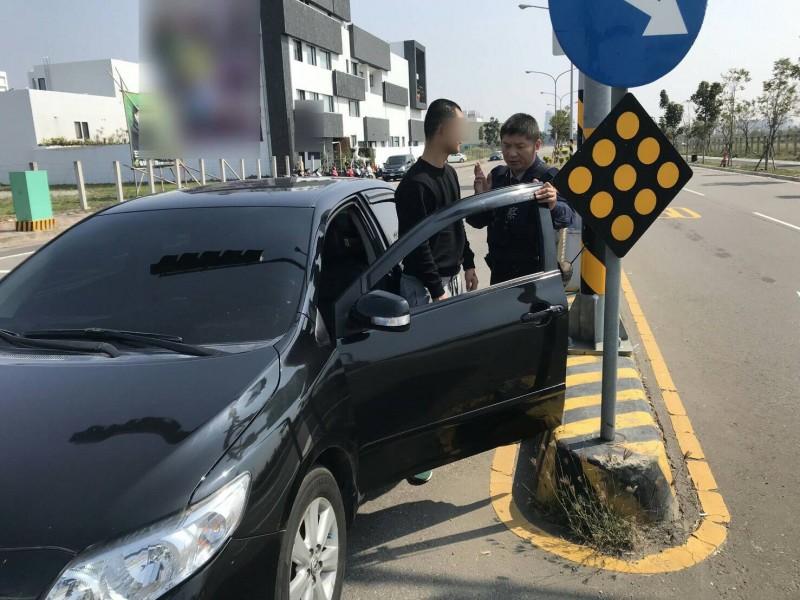 黃男自小客停紅燈超越停止線被警方攔查。(記者許國楨翻攝)