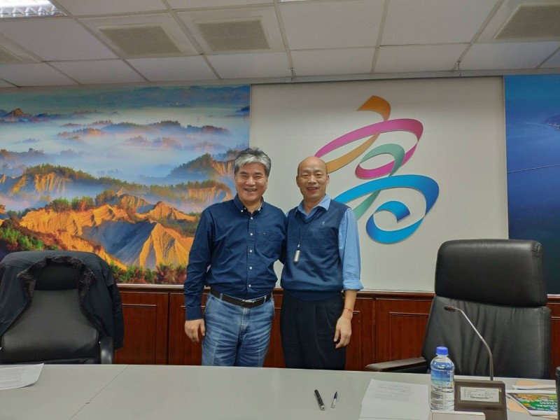 李鴻源(左)與韓國瑜談治水。(記者蔡清華翻攝)