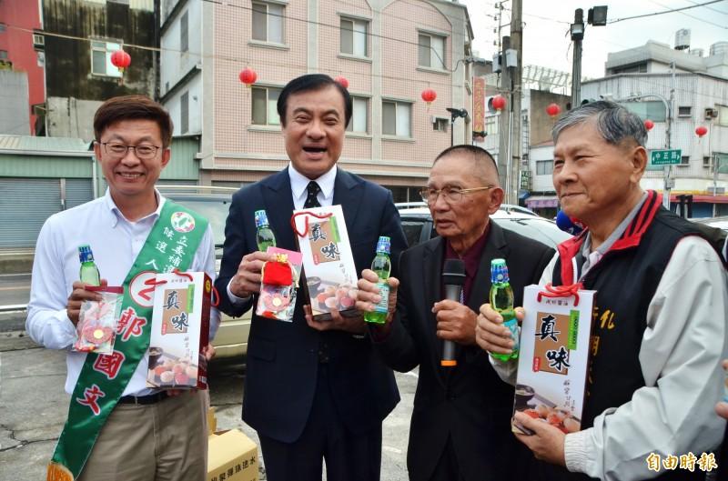 民進黨立委候選人郭國文(左1)拜訪前總統陳水扁之後,趕至新化與立法院長蘇嘉全會合,一起造勢。(記者吳俊鋒攝)