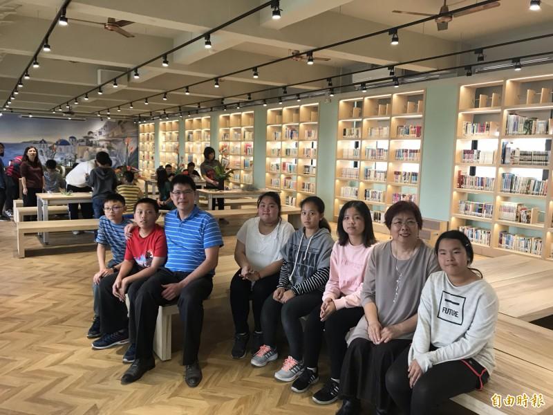 二林偏鄉小校萬興國小全新打造的圖書館超美,彷彿寧靜雅緻的「誠品書店」。(記者顏宏駿攝)