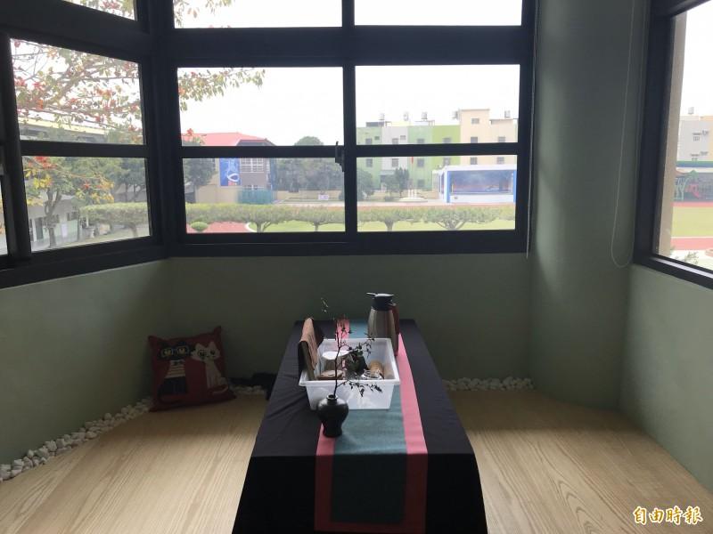 余杰茂把萬興國小推動花藝、茶道、書法課外教學融入圖書館空間,打造了天然採光的茶道間。(記者顏宏駿攝)
