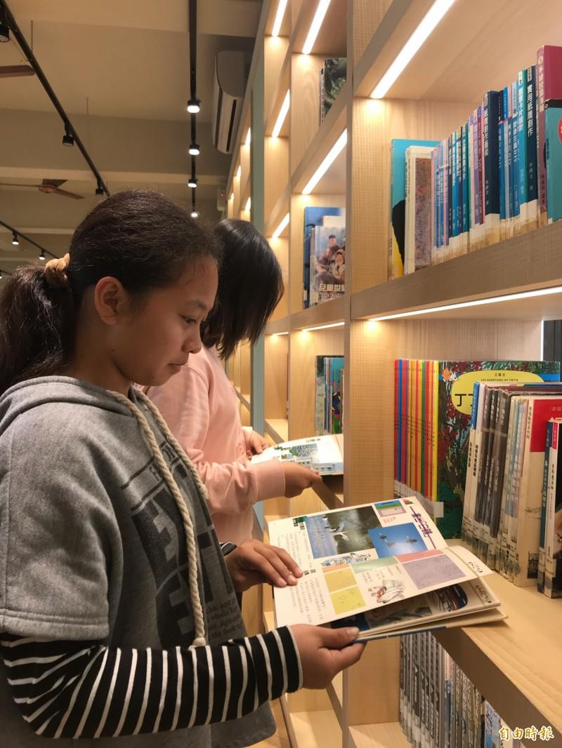 書架有省電的LED燈條,小朋友自在地閲讀。(記者顏宏駿攝)