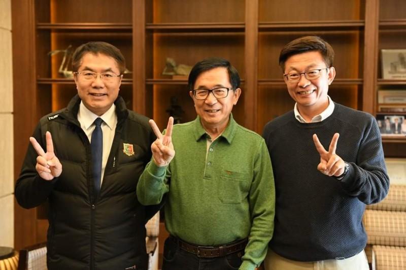 郭國文(右)在台南市長黃偉哲(左)陪同下,到高雄探望前總統陳水扁(中)。(取自郭國文臉書)
