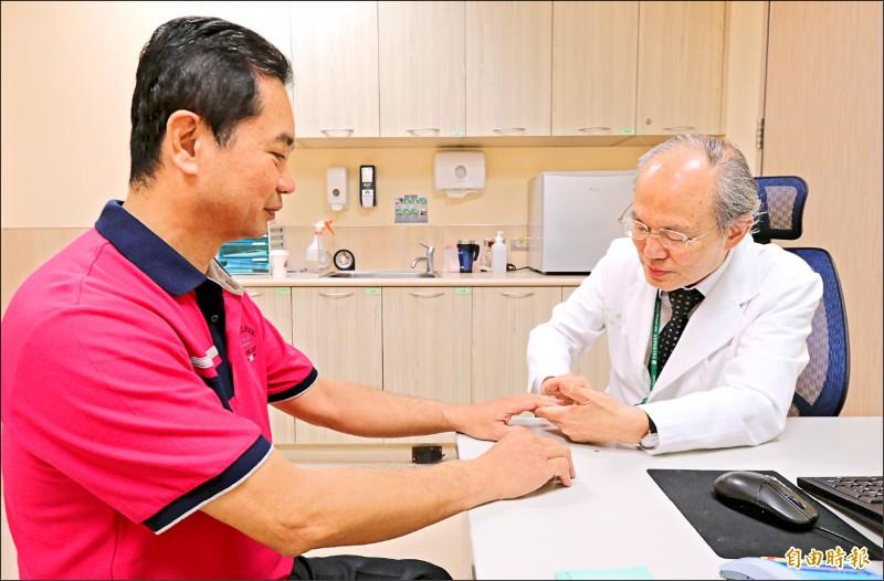 蔡肇基醫師(右)為患者檢查關節不適之處,提醒小痛莫輕忽;圖為情境照,圖中患者與本文無關。(記者陳建志攝)