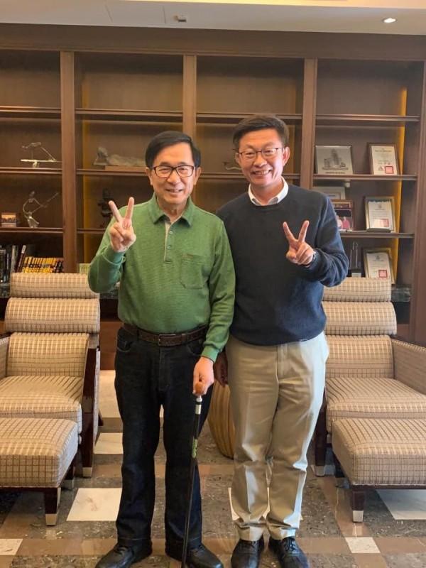 畫面中可以看見,陳水扁和郭國文都比出「2號」。(圖截取自卓榮泰臉書)