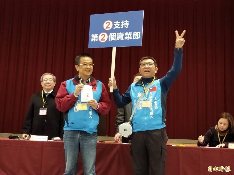 國民黨籍候選人鄭世維(左)連選舉公報都要找韓國瑜助陣,在選舉公報上印了韓國瑜、侯友宜肖像。(資料照,記者賴筱桐攝)