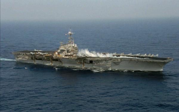 美國在台協會今在臉書上貼出1996年第3次台海危機時,美國航空母艦巡弋台灣海峽的舊照片。(圖截取自AIT臉書)
