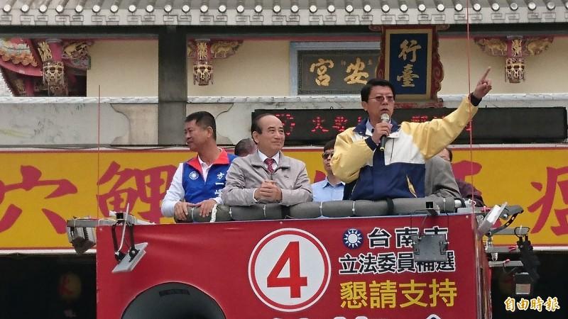 王金平(中)與謝龍介上宣傳車遊行西港掃街拜票。(記者楊金城攝)