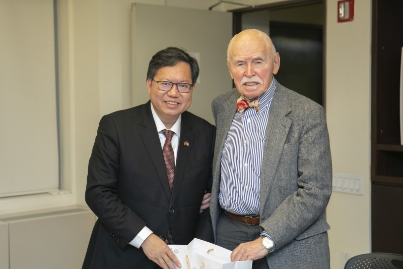 桃園市長鄭文燦拜會紐約大學法學院教授孔傑榮(Jerome Alan Cohen),討論中國崛起情勢下台灣的自處策略等議題。(市府提供)