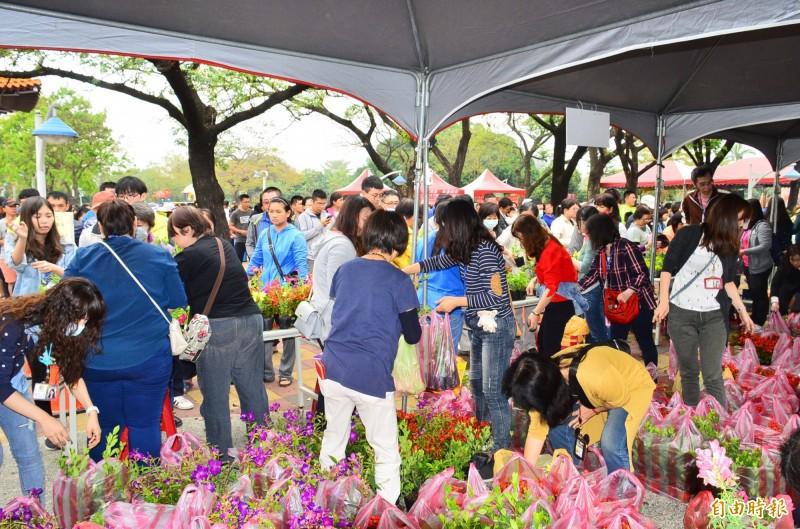 屏東市公所在千禧公園舉辦植樹節贈送苗木活動,吸引大批民眾參與。(記者李立法攝)