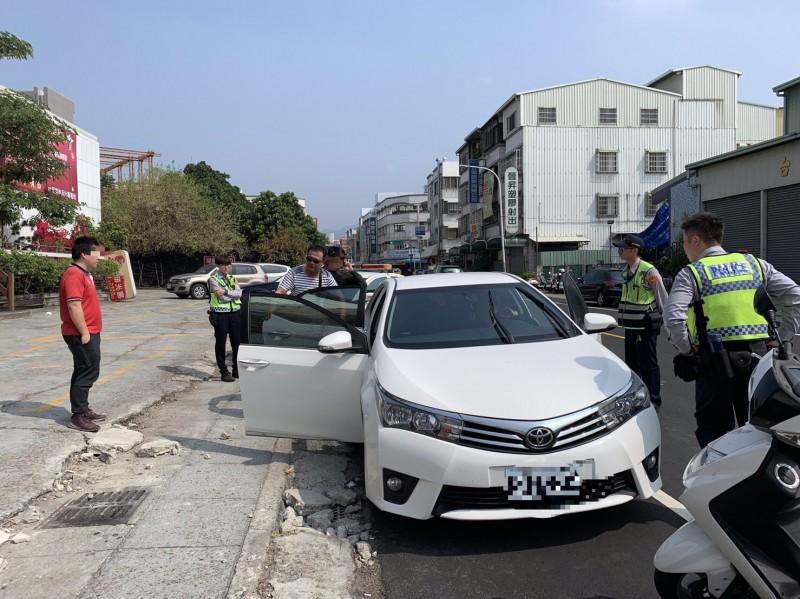 兩名毒蟲棄車分頭逃逸仍就逮。(記者許國楨翻攝)