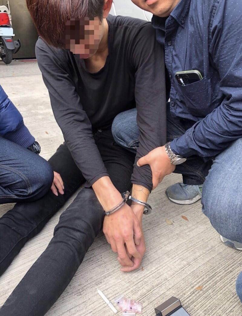 張男跑約200公尺被壓制上銬逮捕並起出毒品。(記者許國楨翻攝)