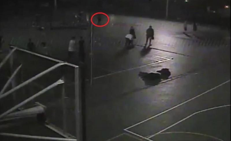 監視器拍下王男行竊身影。(記者徐聖倫翻攝)