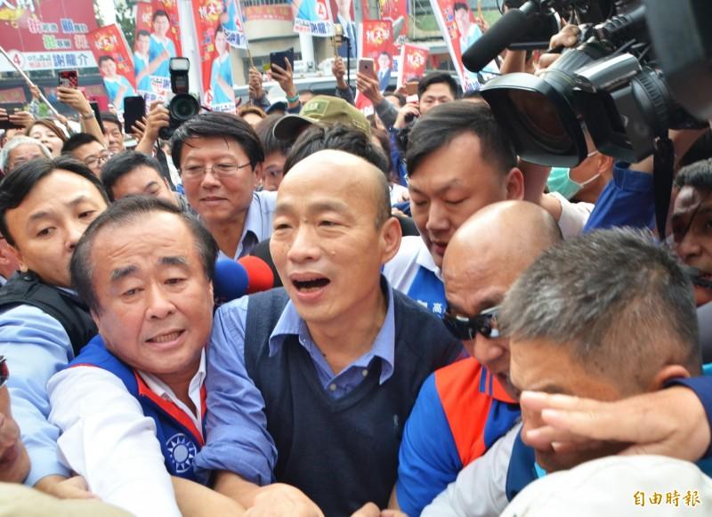 韓國瑜(中)抵達青龍宮,支持者簇擁。(記者吳俊鋒攝)