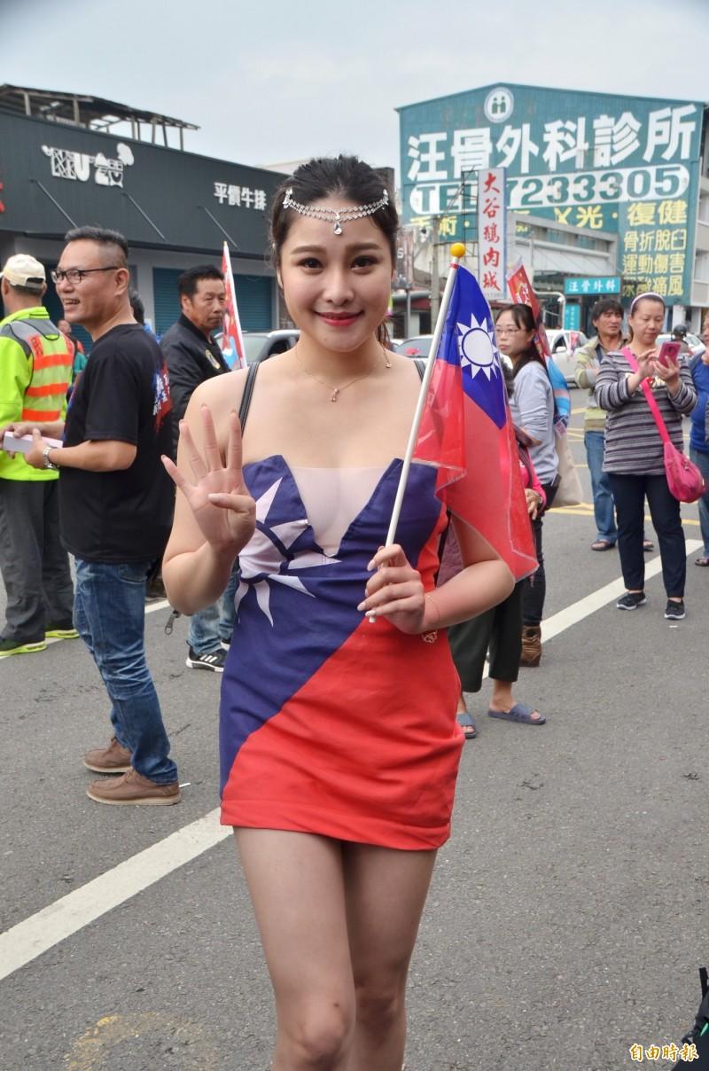 來自高雄的章梓薰,身穿國旗裝,為國民黨加油。(記者吳俊鋒攝)