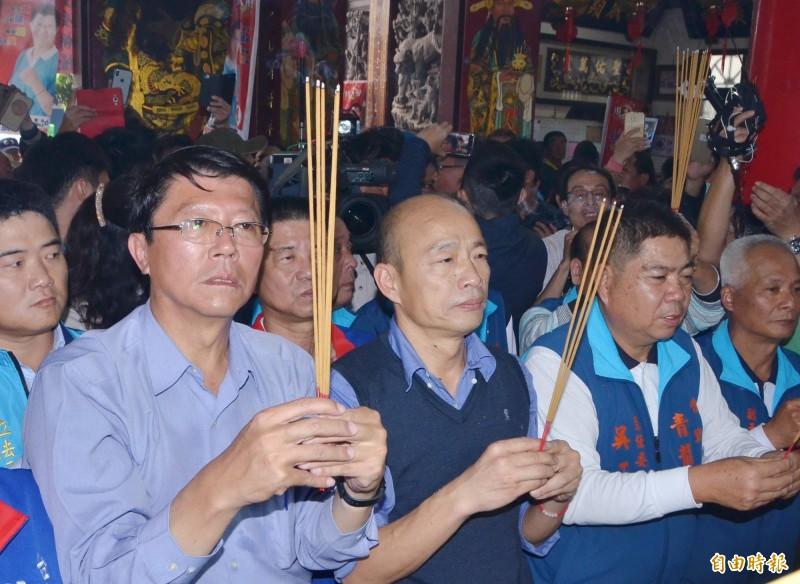 高雄市長韓國瑜(左2)陪同立委候選人謝龍介(左1)到青龍宮參拜。(記者吳俊鋒攝)