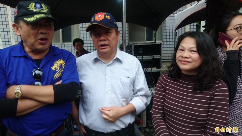 謝龍介引薦來買麻豆文旦的吳錦玫(前右)、蔣成龍(右二)也出現在謝龍介造勢會場。(記者楊金城攝)