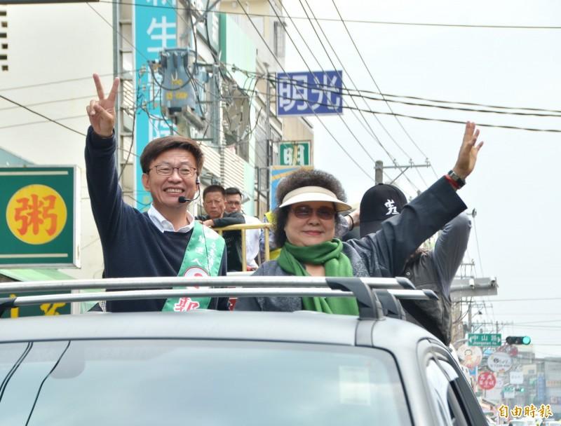 總統府秘書長陳菊(右)陪同民進黨立委候選人郭國文(左)車隊掃街,向鄉親拜票。(記者吳俊鋒攝)