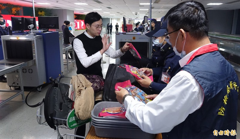農委會防檢局決定自9日零時起增加對泰國入境桃園機場旅客手提行李進行全面X光機查驗,等於是對東南亞各國入境旅客的手提行李進行全面檢查。(資料照)