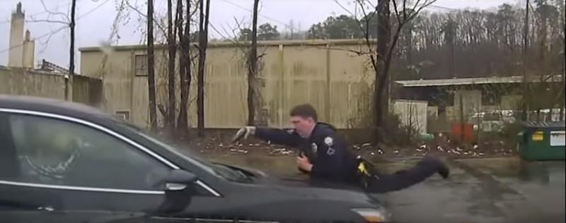 查爾斯趴在引擎蓋上開槍。(圖擷自Little Rock Police Department)