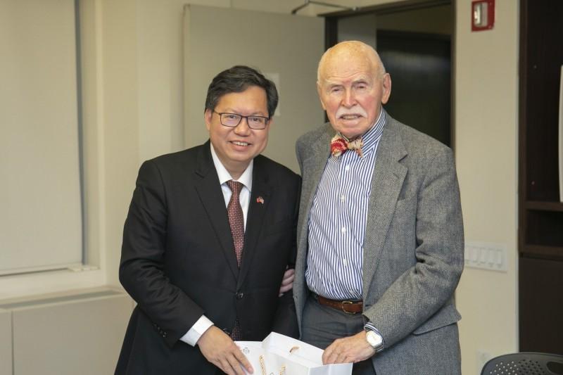 桃園市長鄭文燦今日至紐約拜訪美國知名法律專家孔傑榮。(桃園市政府提供)
