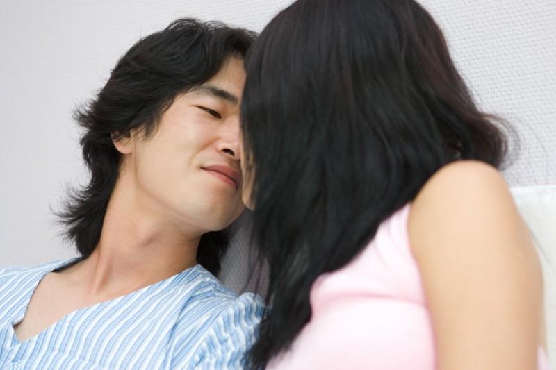 女性經期來能不能從事性行為?衛生福利部國民健康署建議不要,因為月經來時性交會使經血逆流入腹腔,增加子宮內膜異位風險。(情境照)