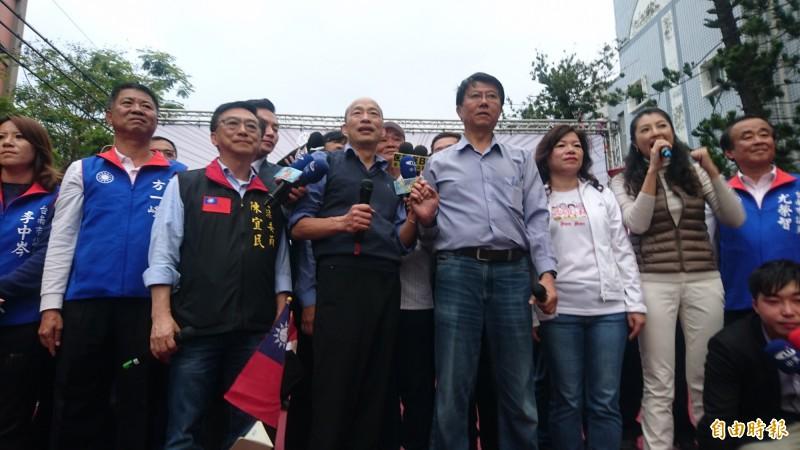 高雄市長韓國瑜今二度為謝龍介站台助選,不料現場卻有一名黑衣男子鬧場,對台上猛丟雞蛋。(記者楊金城攝)