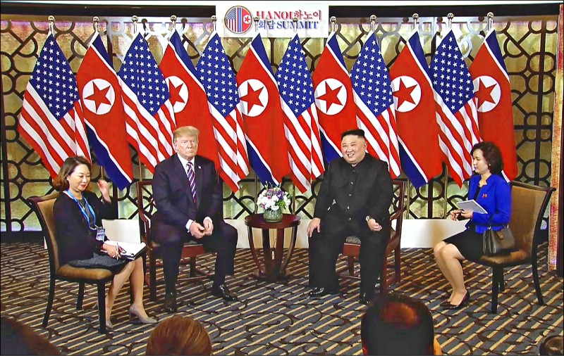 美國總統川普(左二)與北韓領導人金正恩(右二)2月27日在河內「川金二會」第一天,連袂開放媒體拍照。金正恩左方即為其新的口譯人員申惠英(譯音)。川普右方的口譯則是擁有日內瓦大學「翻譯和口譯學院」博士學位、在美國國務院與白宮服務多年的李潤香(譯音),她曾任美國前總統布希、歐巴馬與前國務卿柯林頓.希拉蕊的口譯。(歐新社)